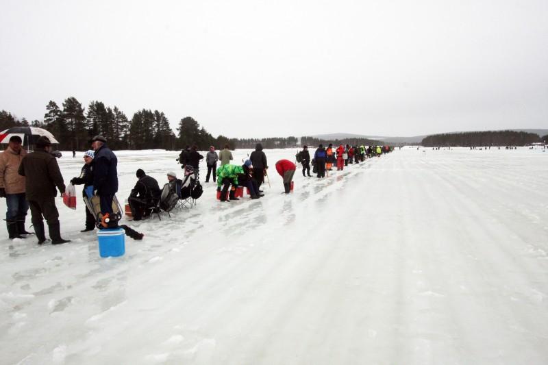 Rekordmånga 1600 fiskekort hade lösts till det jubilerande Åselenappet. Många hade gjort det för att vinna en bil, men flera hudra ville vinna pimpeltävlingen på Stamsjön.