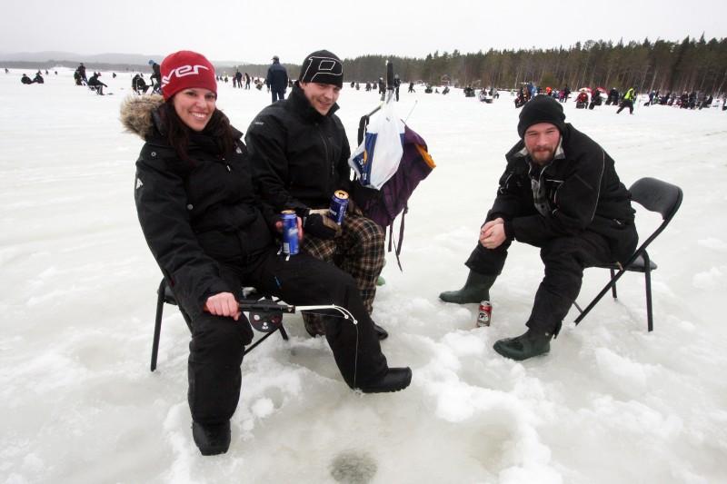 Njuter av att pimpla - både fisk och öl - gör Anna Svensson, Simon Ivesund och Peter Winberg.
