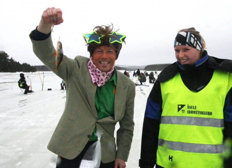 Jodå, det skedde ett mirakel. Boa Nilsson drar upp sin första firre på många år. Linda Jonsson-Roos kontrollerar att det går rätt till.