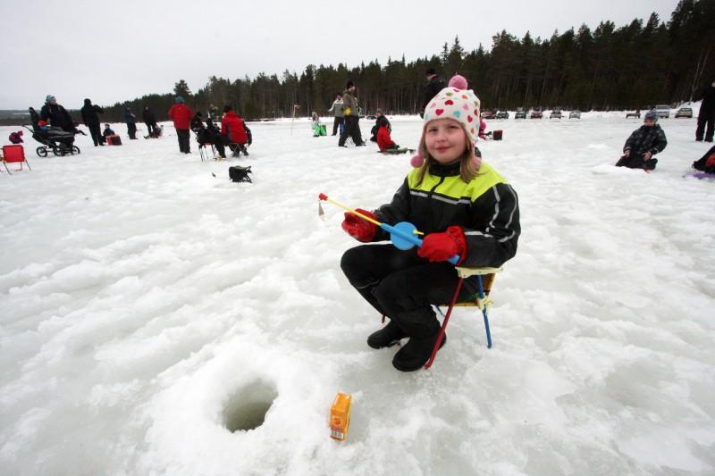 Frida Eriksson från Åsele hoppas på fisk.