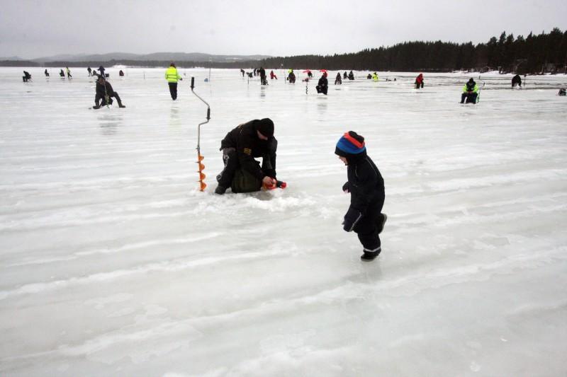 Det var en blöt pimpeltävling med hela Stamsjön fylld med vatten ovanpå isen.