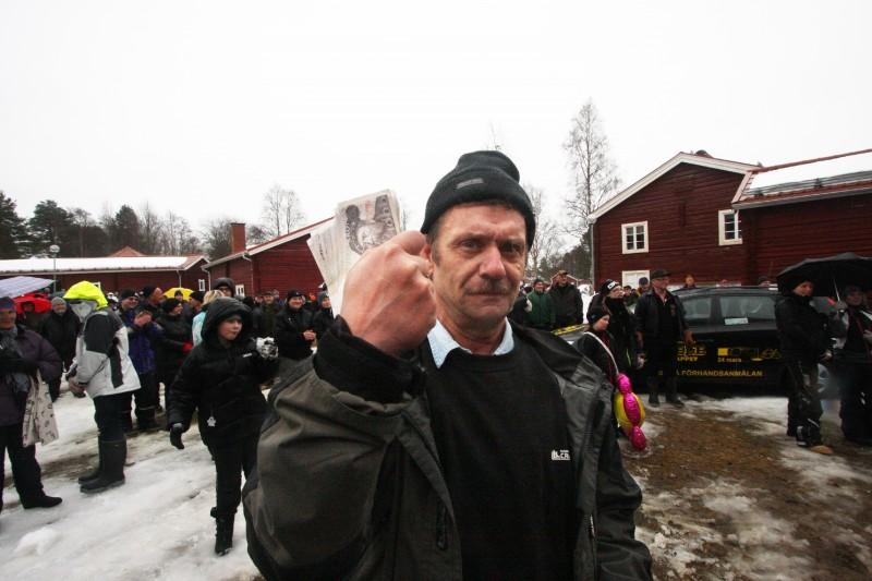 Hans Borgström med vinsten 20 000 kronor.- Nån gång ska man väl vinna, säger han om de 35 fiskar som ledde till segern.