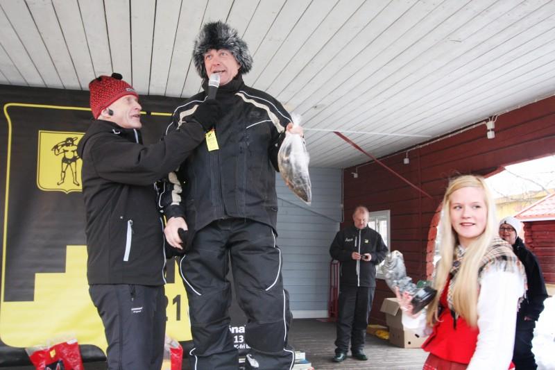 Tyngsta fisken, 894 gram, drog Janne Norberg, Åsele, upp. Han intervjuas om bragden av speakerna Egon Edmark. Till höger nappvärdinnan Anna Nordin.